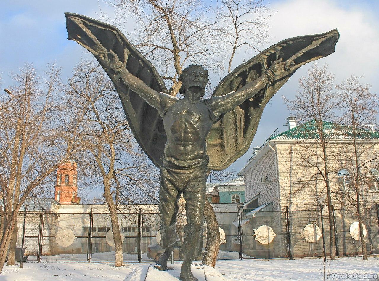 Памятник Никитке-летуну в сквере воздухоплавателей