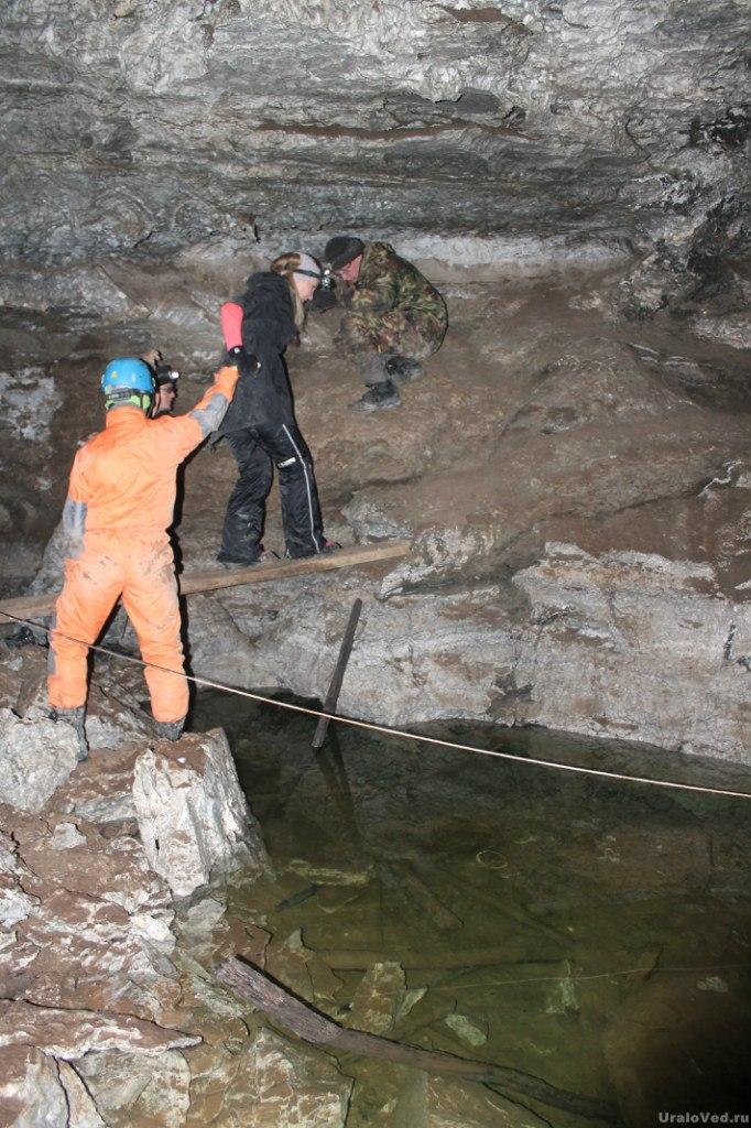 Переправа через озеро в Бабиногорской пещере