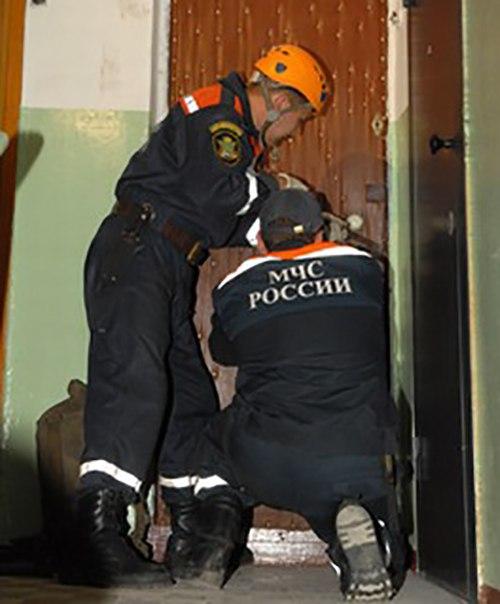 Таганрогским спасателям пришлось взламывать двери, чтобы спасти троих детишек