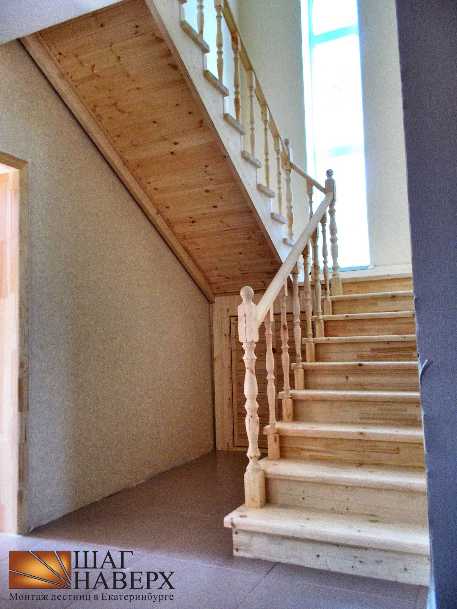 Лестница на второй этаж с площадкой из дерева с поворотом на 90