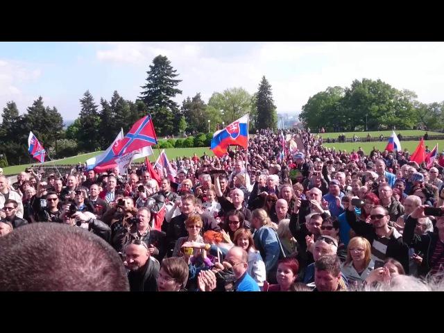Stovky ludi vitaju Nocnych vlkov na Slavíne v Bratislave, 2.5.2015