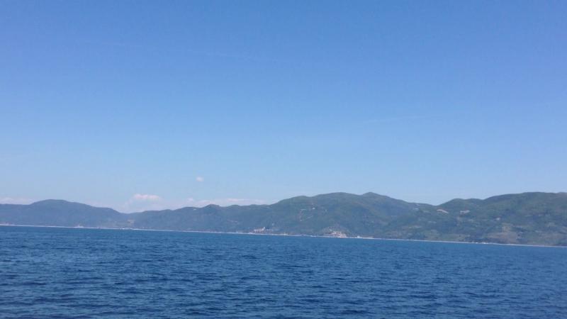 01 мая 2015. Греция. Полуостров Халкидики. Агион-Орос (Афон) Прогулка по воде... вдоль юго-западного побережья Афона...