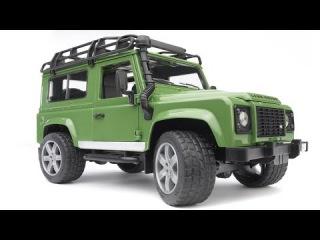 Çocuk gibi oyuncak oynayan adam - Bruder Jeep Land Rover