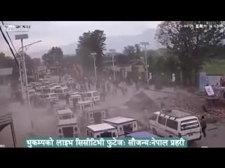 Установленная в центре Катманду камера наблюдения зафиксировала первые секунды катастрофического землетрясения