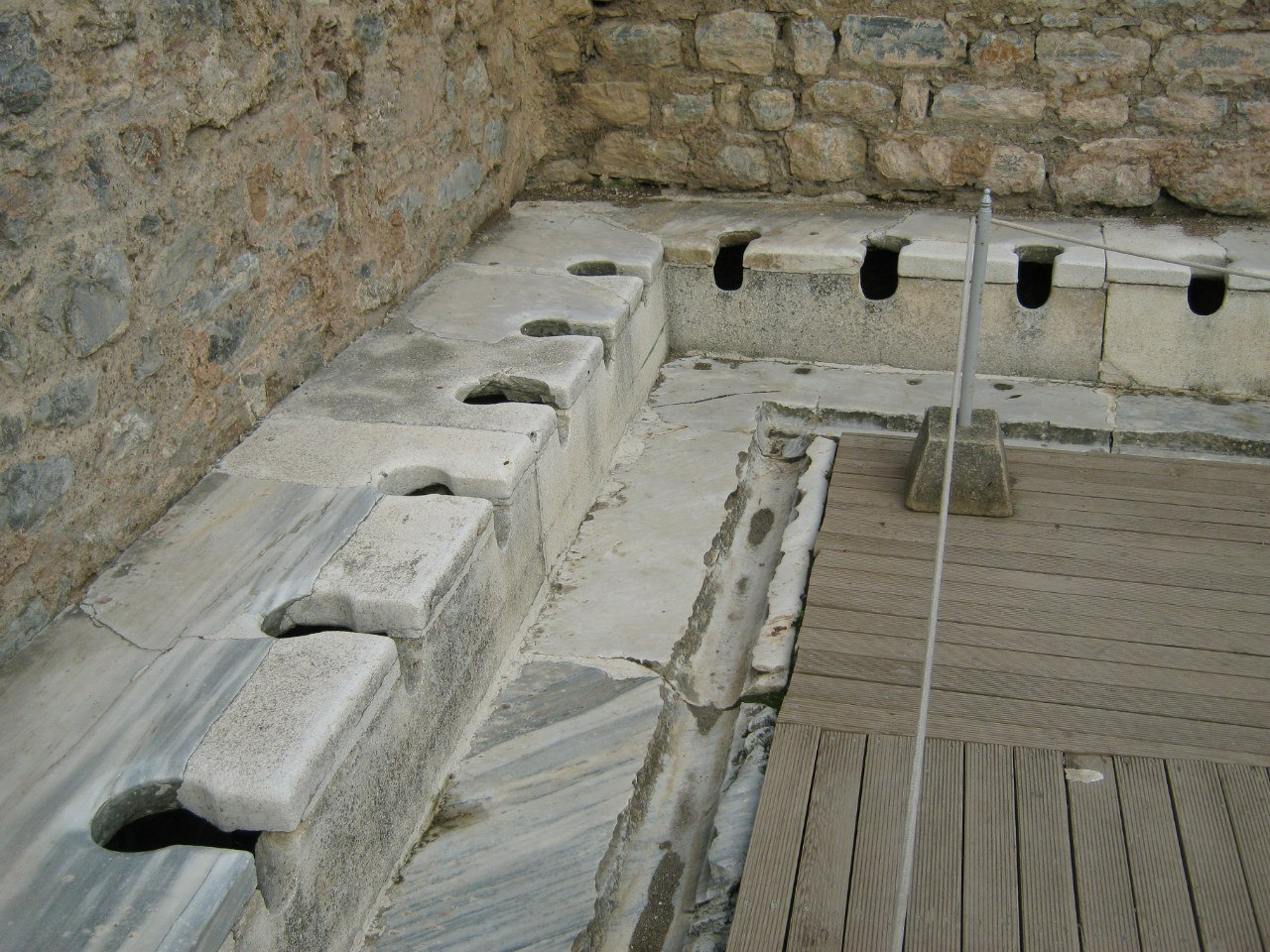 общественный туалет в древнем греческом городе