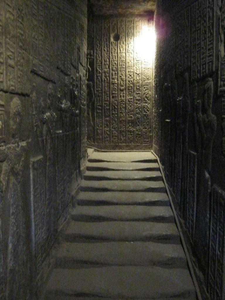 лестница-туннель в храме Дендера