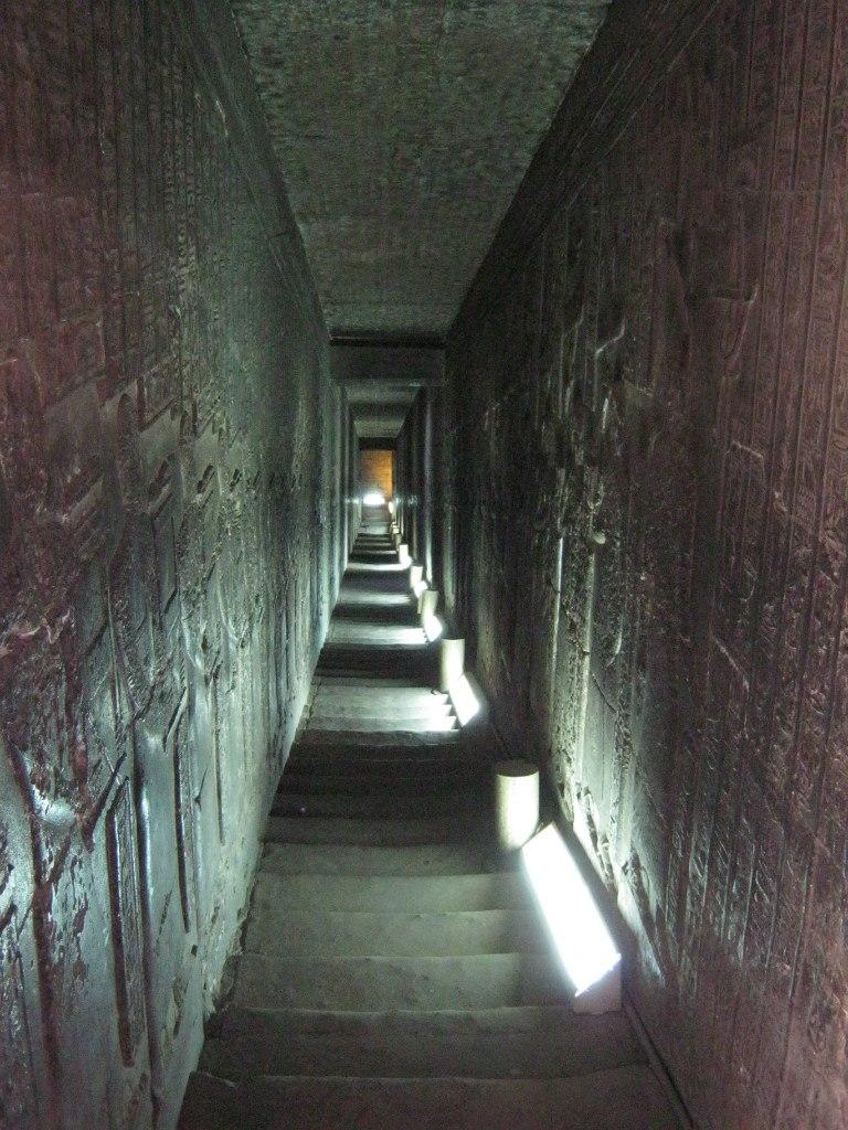 ещё одна лестница-туннель в храме Дендера