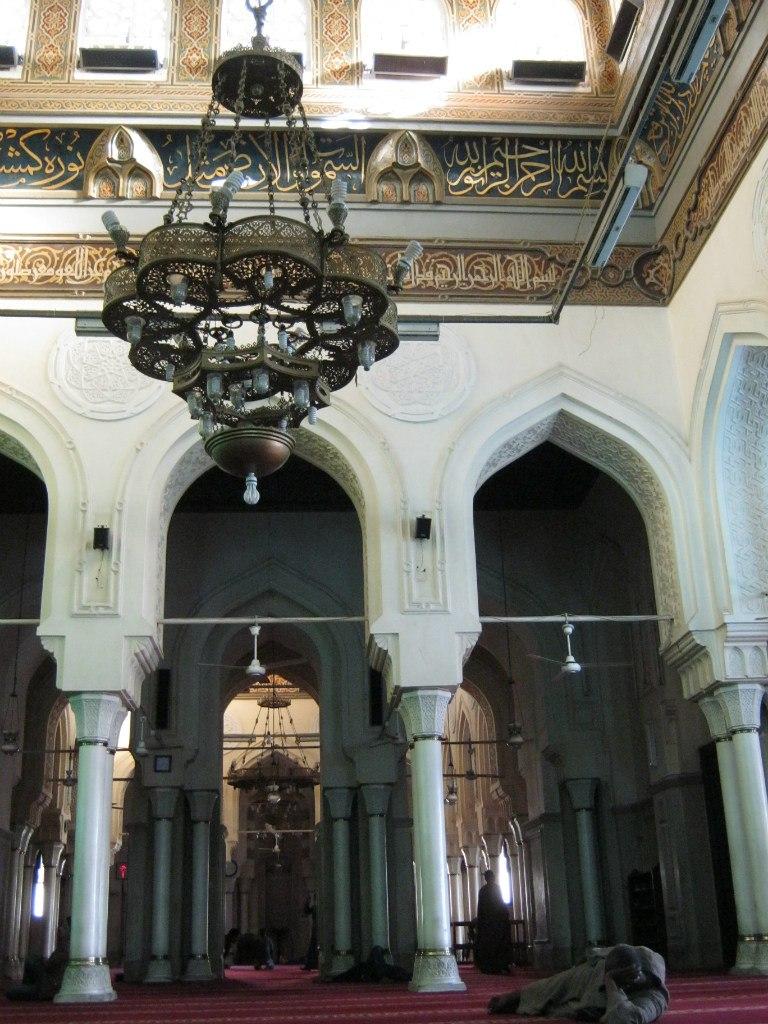 Отдых на полу в мечети