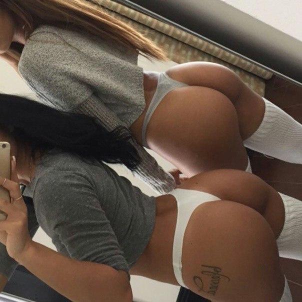 фото задницы две девушек