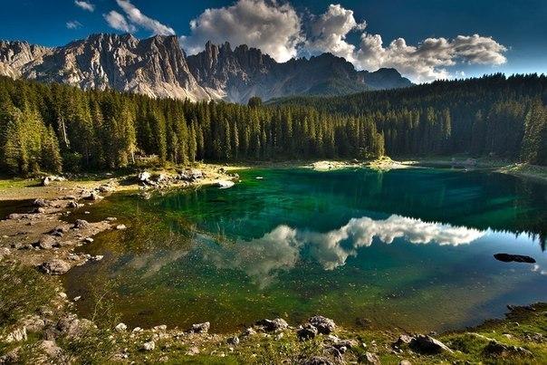 Карецца - озеро в Доломитах в Южном Тироле, Италия
