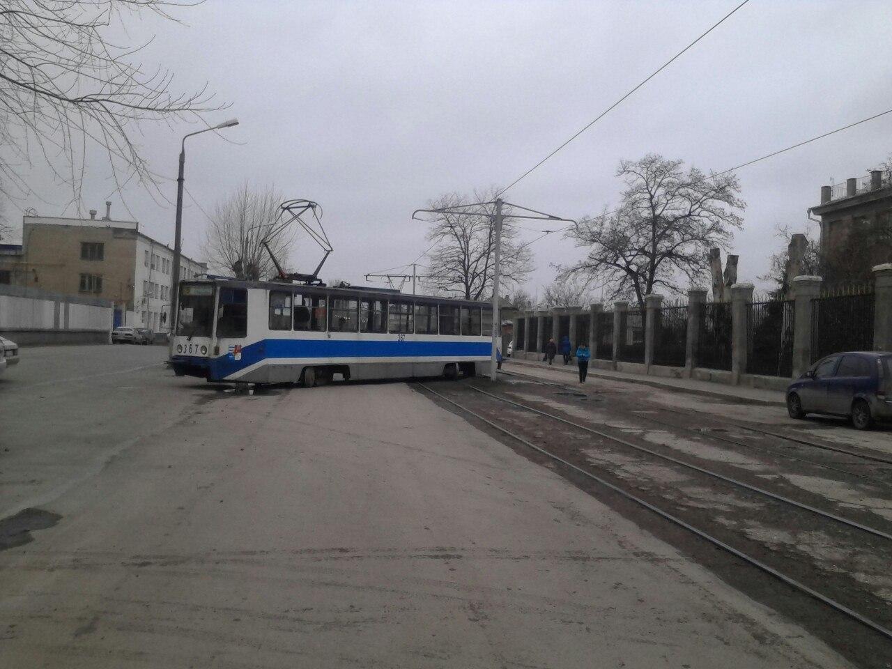В Таганроге трамвай №5 «дал угла» на НИИ Связи