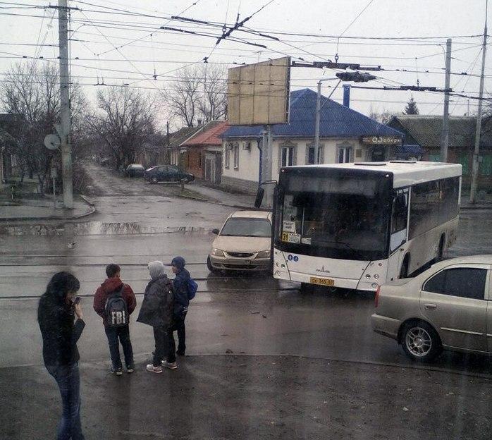 В Таганроге на улице Дзержинского 31-й автобус столкнулся с Hyundai Accent