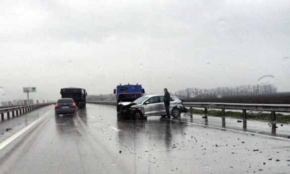 На трассе «Ростов-Таганрог» иномарка на полном ходу врезалась в отбойник