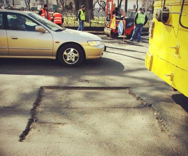 В Таганроге МБУ «Благоустройство» продолжает карто-ямочный ремонт городских дорог