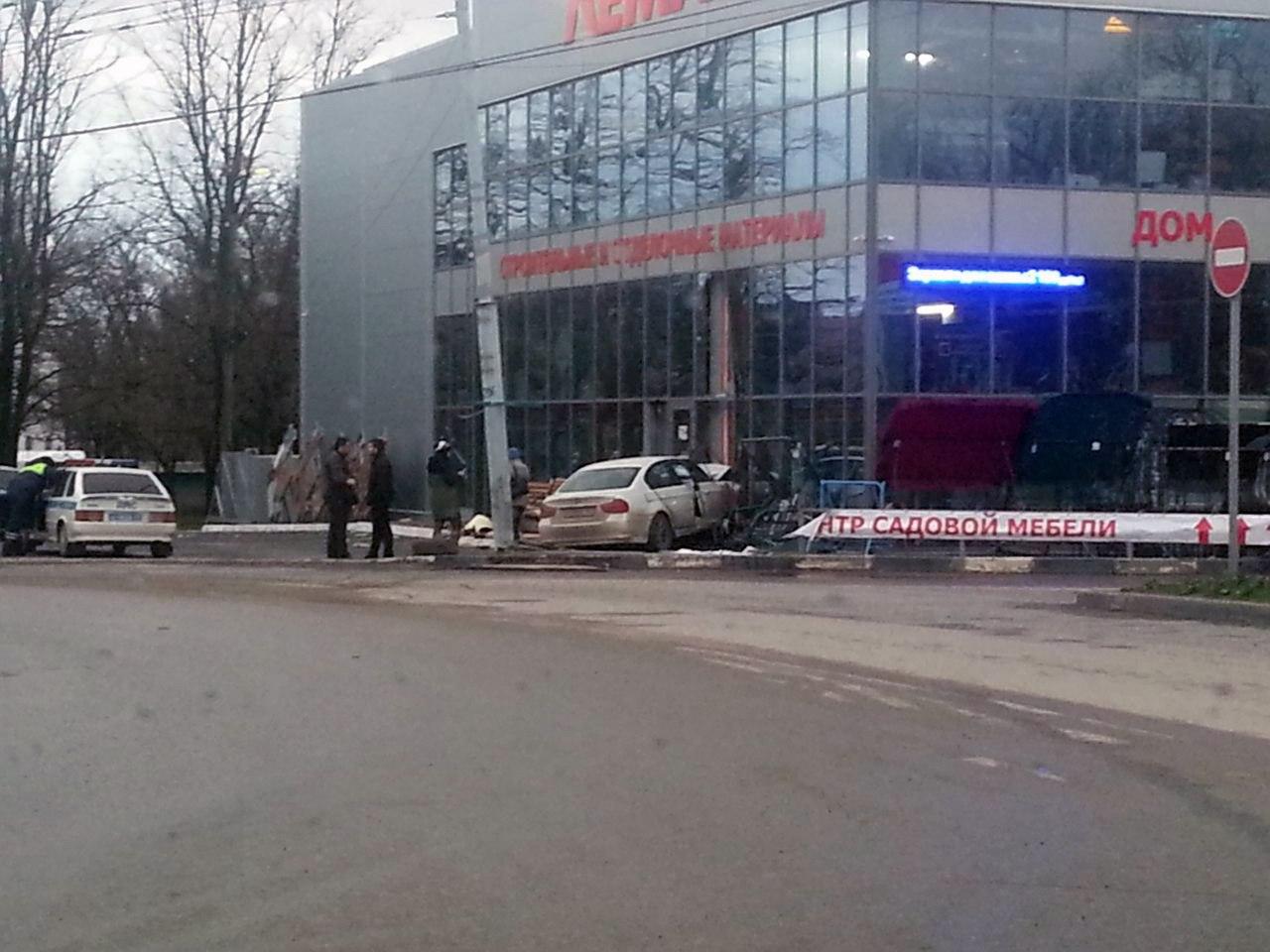 В Таганроге белый BMW въехал в здание «Лемакса» на Бакинской
