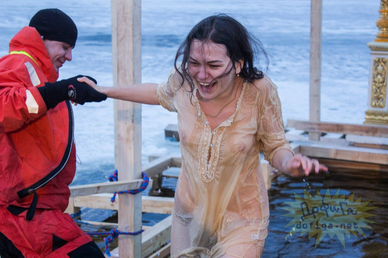 Купание голых женщин на крещение видео