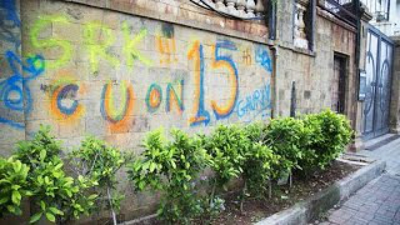 Mannat got painted Fans paint graffiti on SRK bunglow's wall