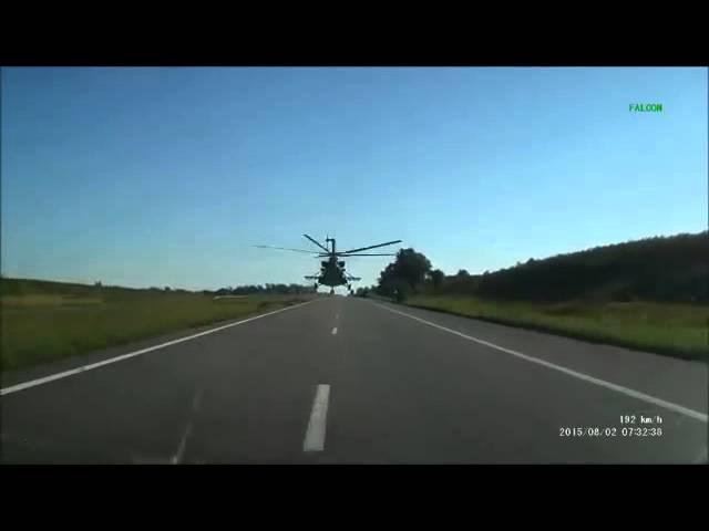 Вертолет Ми-8 летит низко над трассой