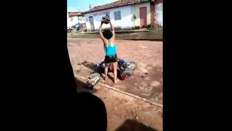 MULHER DESCOBRE TRAIÇÃO DO MARIDO E DESTROI MOTO COM GOLPES DE FOICE