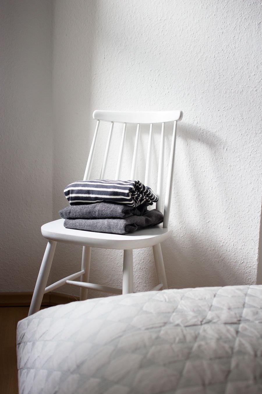 Стул вместо прикроватного столика