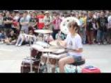 Девушка шикарно играет на ударных Gorgeous girl playing the drums