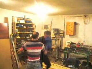 Столяры боксируют в столярке