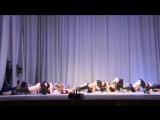 будущие шлушки.Школьницы танцуют стриптиз. Пчёлки, Винни пух. Школьный детский театр. Оренбург всем похуй)
