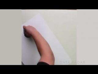 Художник рисует известные логотипы вручную
