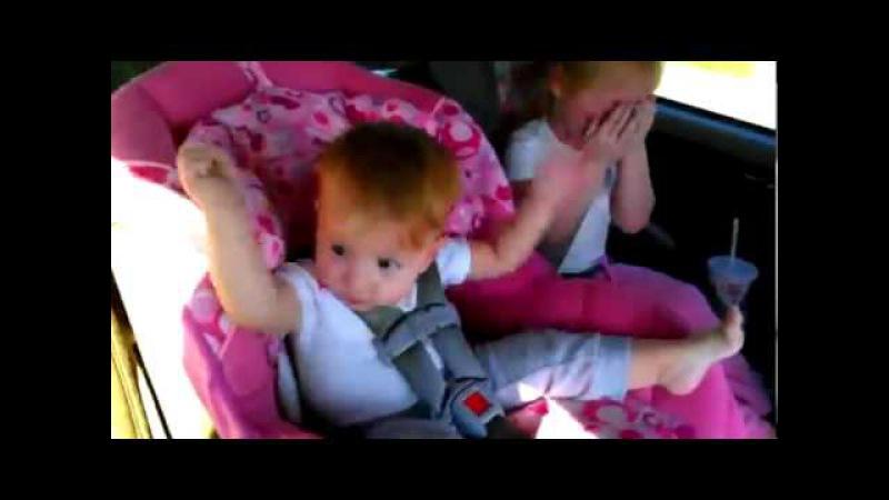 Ребенок танцует под Oppa Gangnam Style.