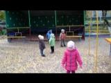 Дети на прогулке ловят листики. 21.10.2015