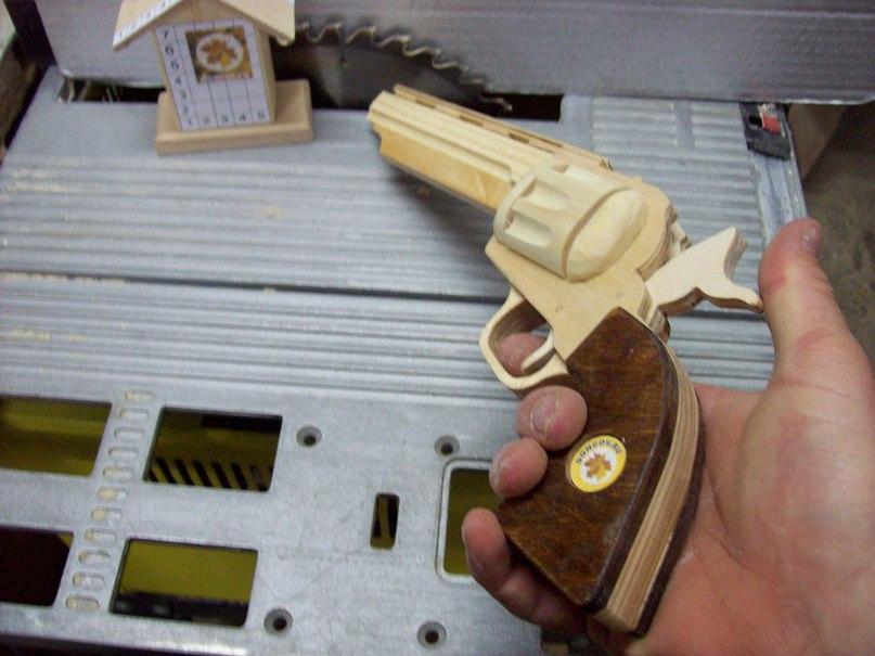 деревянный револьвер, пистолет стреляющий резинками, резинкомет, ручная работа, игрушка пистолет из дерева, недорогая игрушка, пистолет сувенир из дерева, револьвер сувенир