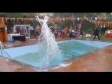 Очевидец заснял, как вода выплескивалась из бассейна во время землетрясения в Непале