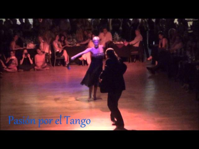 ALEJANDRA BERNASCONI y CLAUDIO SABATE Bailando la Zamba AGITANDO PAÑUELOS en YIRA YIRA MILONGA