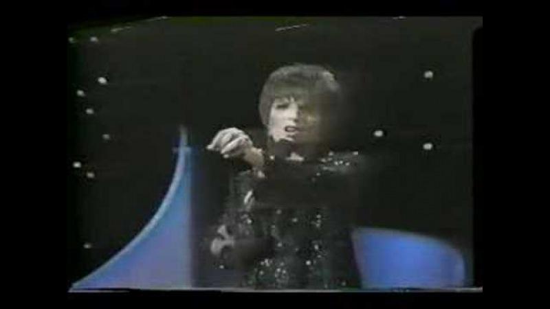 Liza Minnelli sings