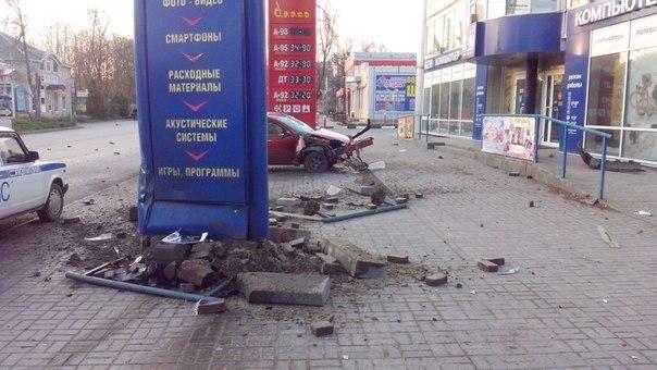 В центре Таганрога Ford на большой скорости врезался в рекламный щит магазина «Кей»