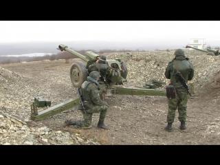 Расчеты гаубиц Д-30 1141-го гвардейского артиллерийского полка 7-й горной десантно-штурмовой дивизии ведут огонь в ходе учебных