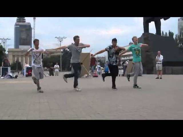 Пацаны классно танцуют,их музыка в наше время.