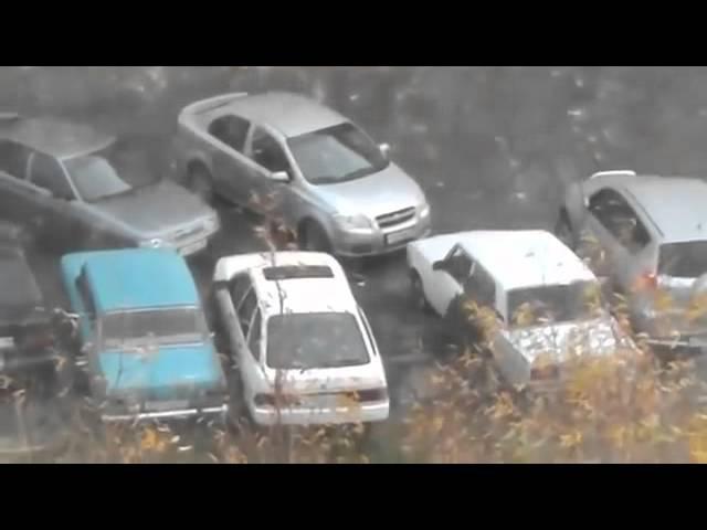 Умный мужик, выезд из парковки через машину.