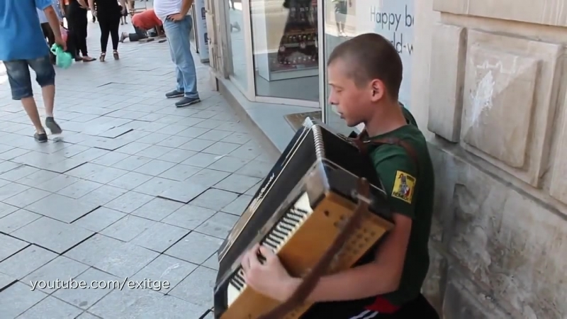 პატარა ბიჭი მღერის შუა ქუჩაში ძალიან მაგრად