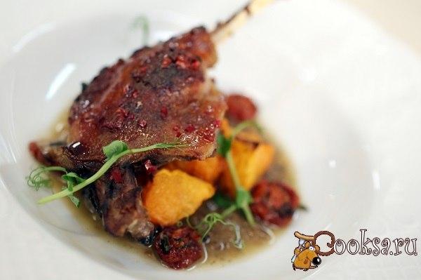 Медовая утиная ножка с тыквой с луковым соусом Очень вкусное ароматное блюдо из из утки и тыквы, которое гармонично дополняет луковый соус.