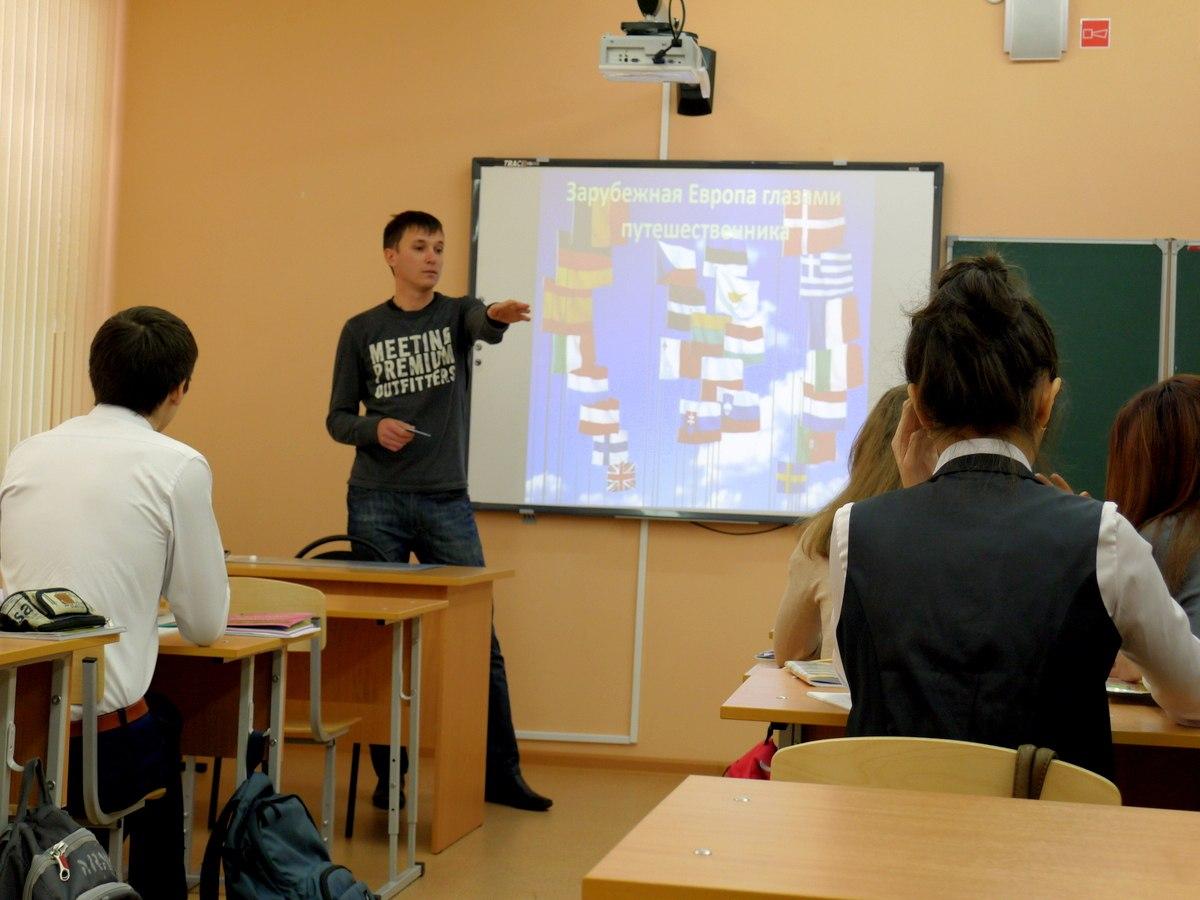 Ученицу на парте учитель 17 фотография