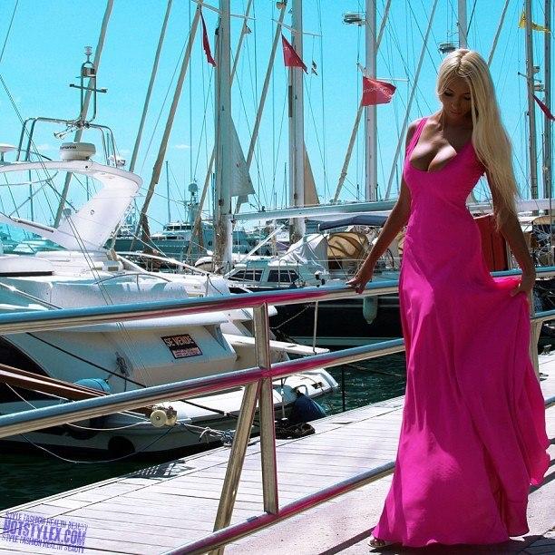 Блондинка в розовом платье
