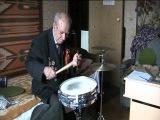 Ветеран играет джаз на ударных