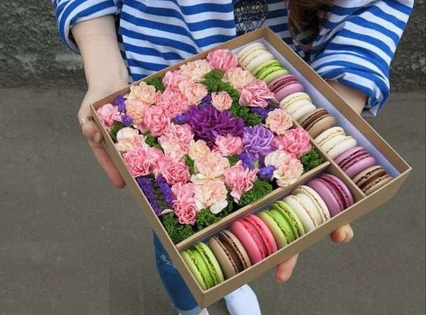 Коробка с цветами и макарон своими руками