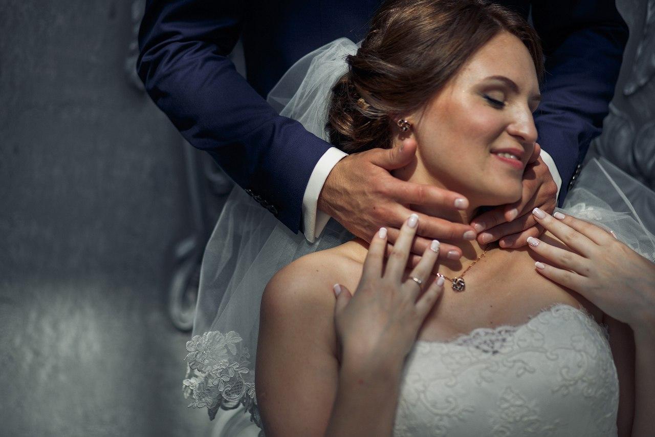 невеста в объятиях жениха