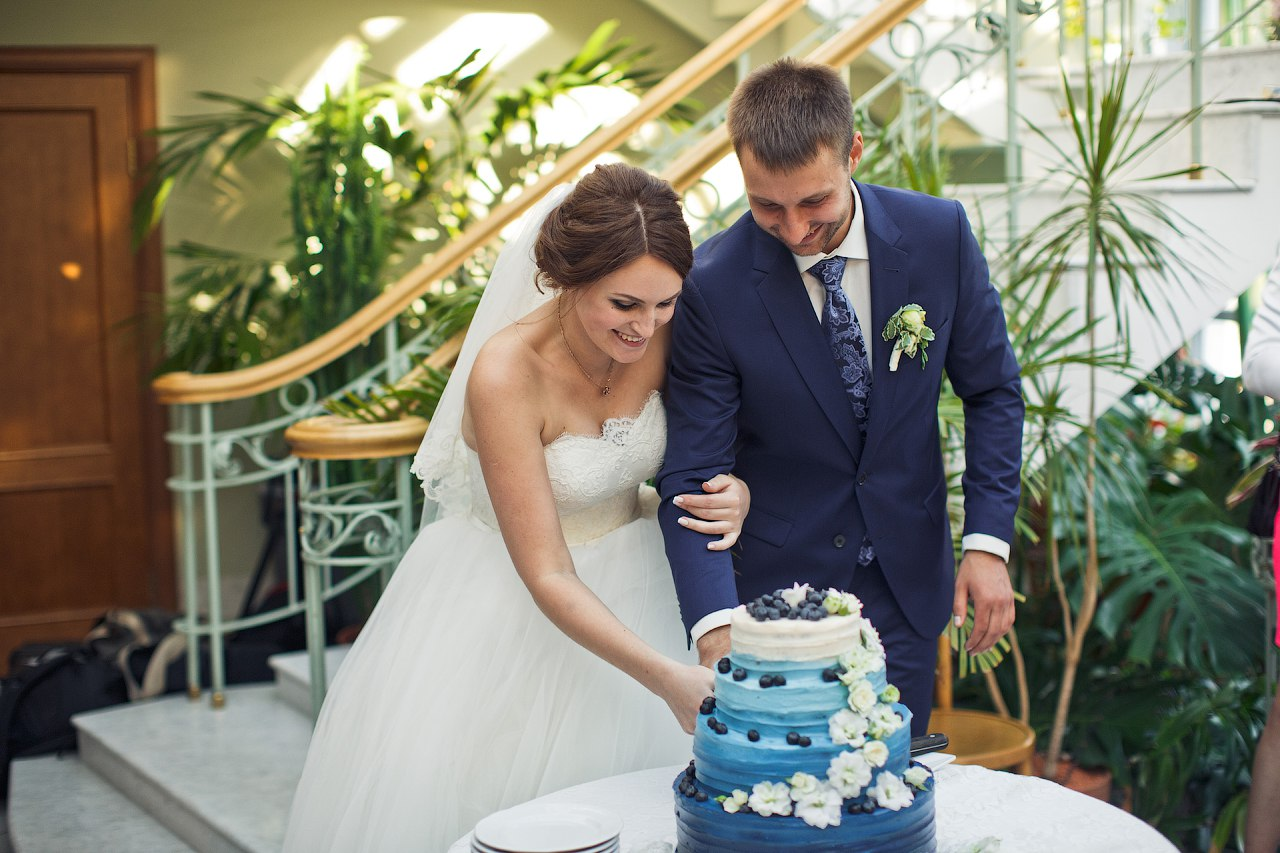 жених с невестой разрезают свадебный торт