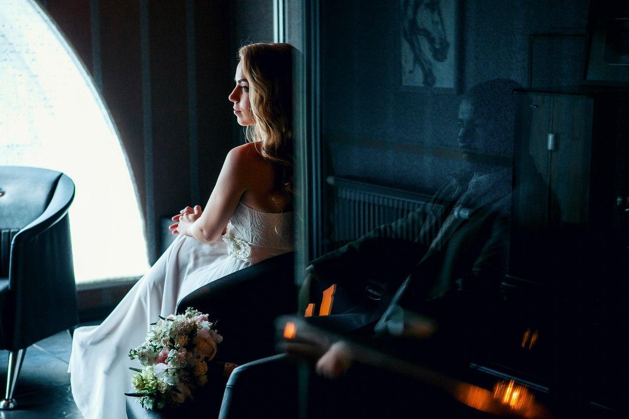 невеста и тень жениха в отражении
