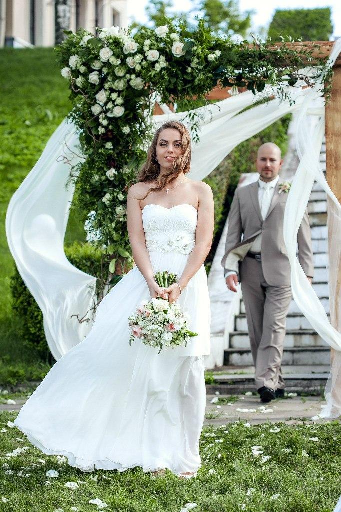 жених и невеста в арке выездной регистрации