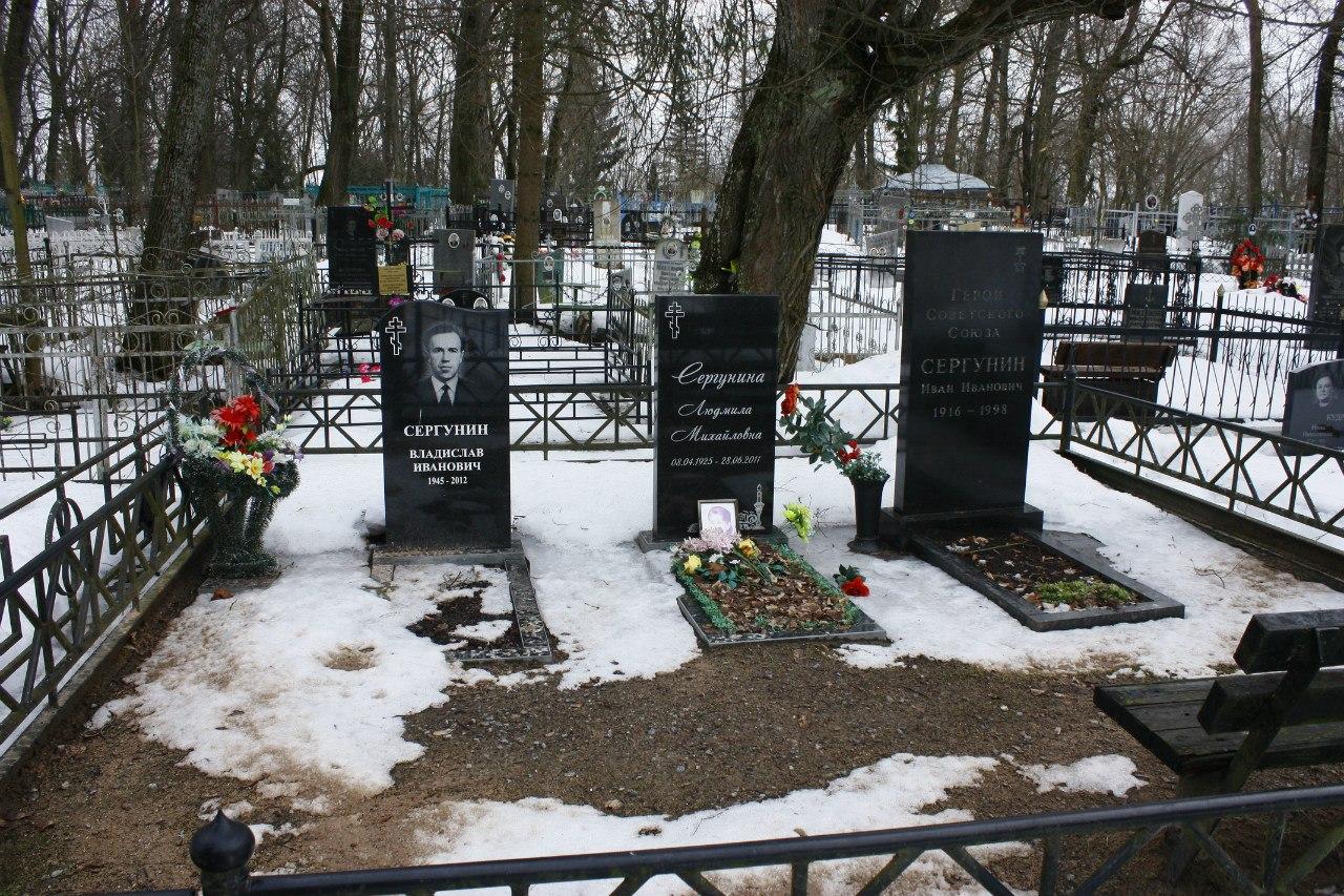 Памятники на рождественское кладбище памятник петру 1 церетели в москве