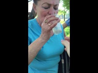 Тамара пьет с локтя)